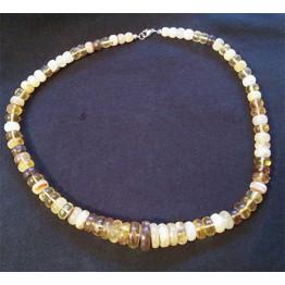 a89 Halsband av bärnsten