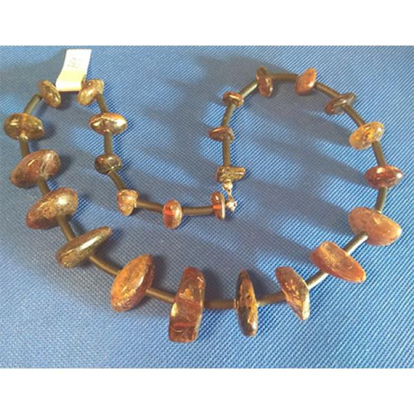 a9 Halsband av bärnsten.